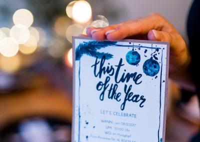 This time of the Year Karte wird in zwei Händen gehalten