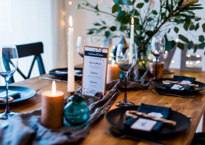 Tischdeko in schwarz weiß und grün mit Tischkarte