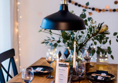 Tisch mit schwarz weißer deko und Tischkarte