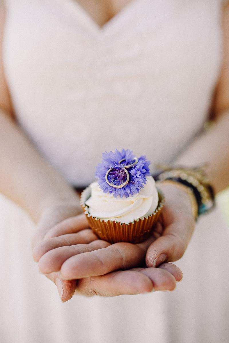 Cupcake mit Ring und Blume