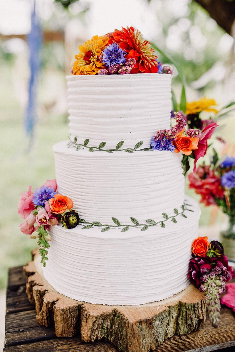 Gartenhochzeit bunte Torte