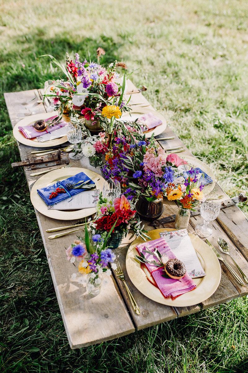 bunte Hochzeitstafel im Garten