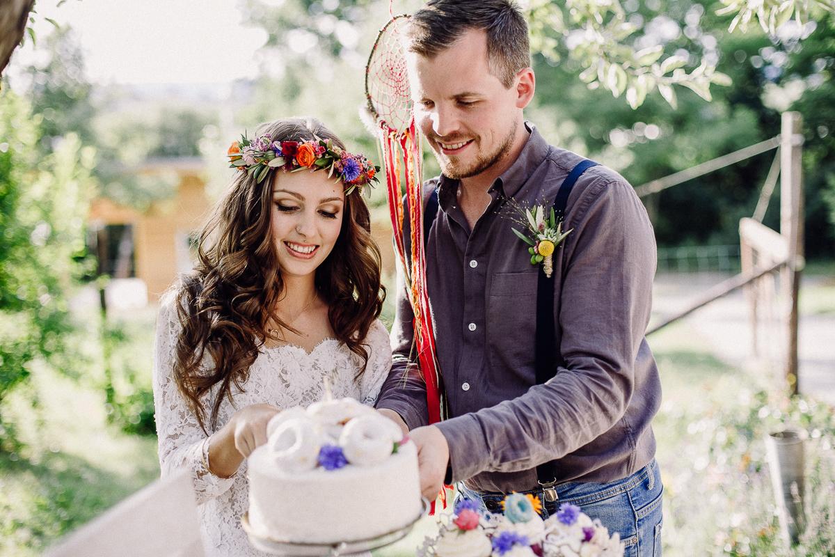 Brautpaar beim Torte anschneiden