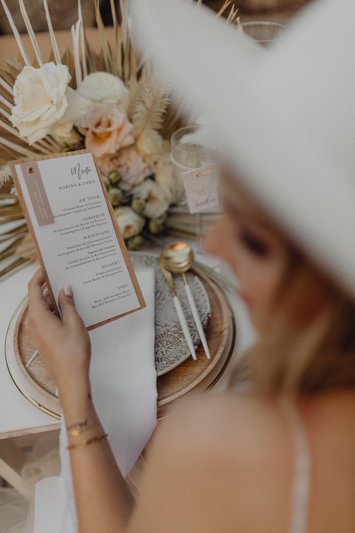 Menükarte in Hand von Braut