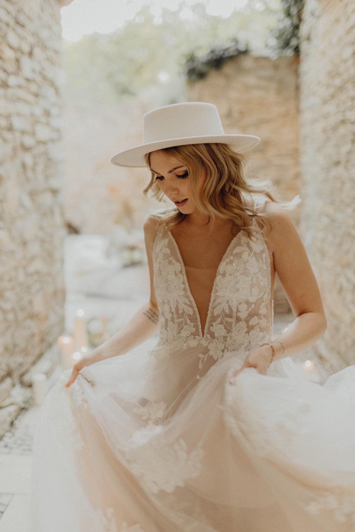 Braut mit Kleid im Burghof